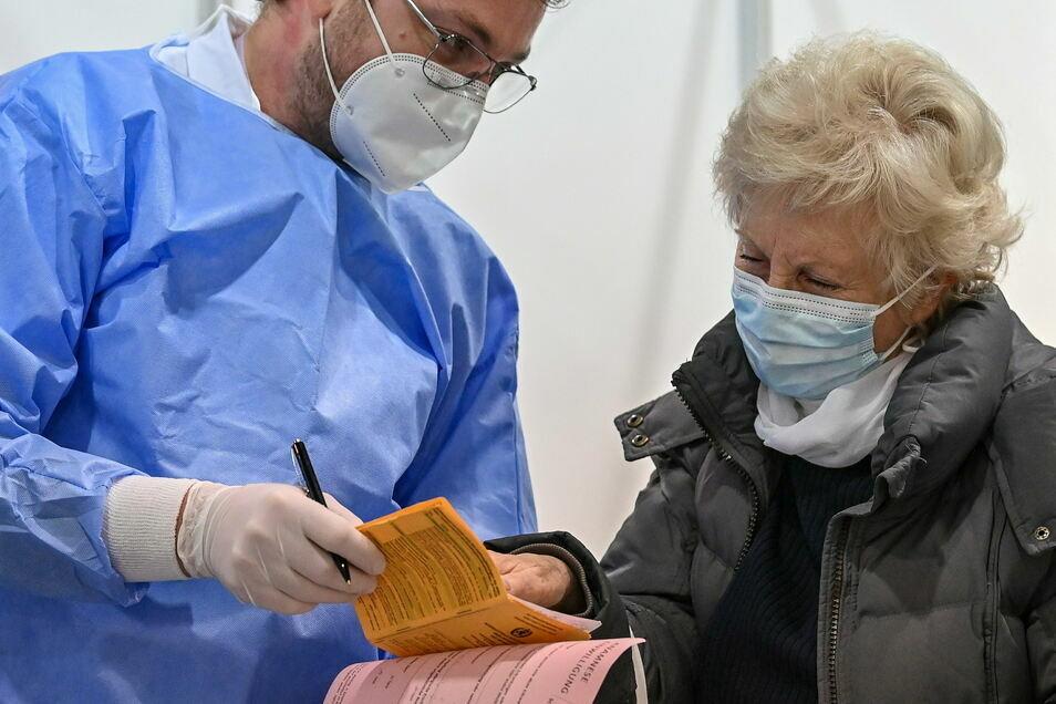 Die Corona-Schutzimpfung wird in den Impfausweis eingetragen.