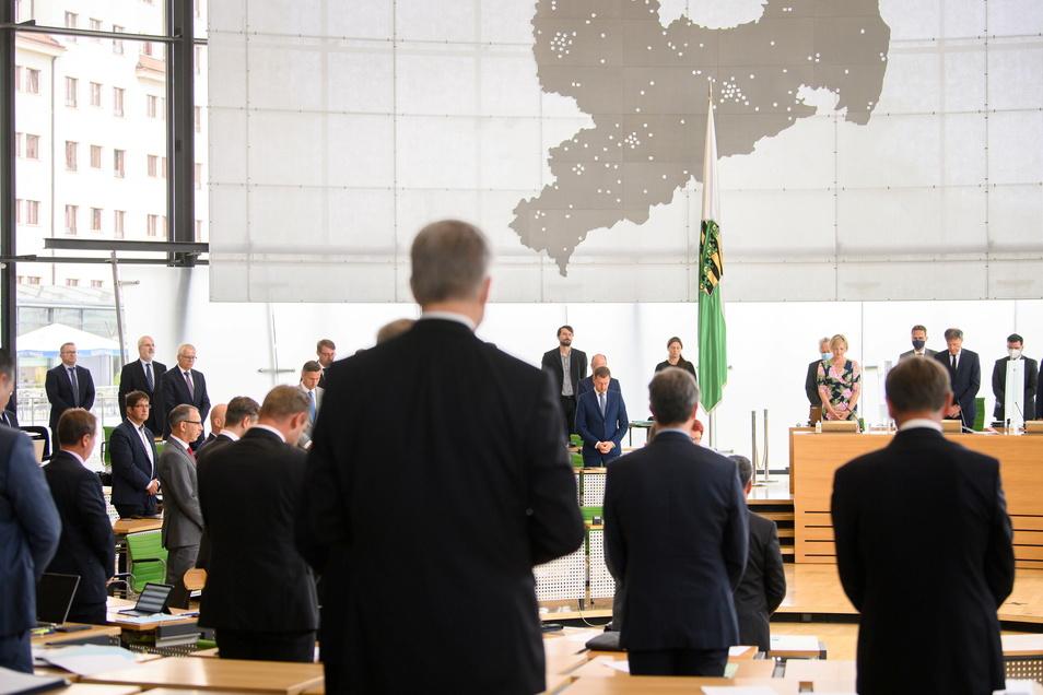 Dresden: Michael Kretschmer (CDU, M), Ministerpräsident von Sachsen, Mitglieder der Landesregierung und die Abgeordneten gedenken vor Beginn der Sitzung des Sächsischen Landtages mit einer Schweigeminute der Hochwasseropfer.