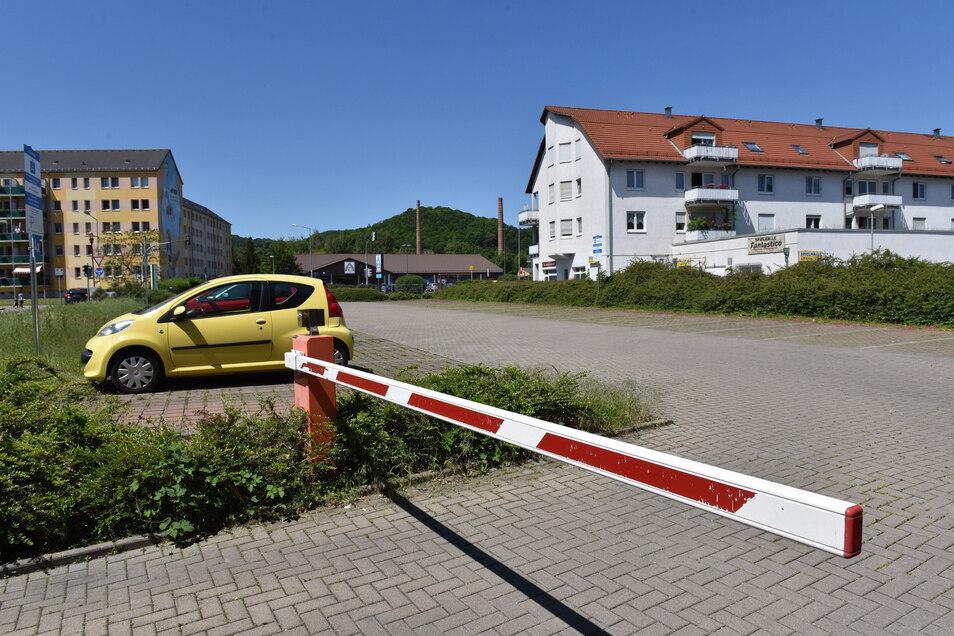 Auf diesem Parkplatz am Freitaler Krankenhaus darf ab sofort ganztägig geparkt werden.