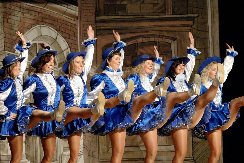 Hoch das Bein bei der Blauen Garde des FCV. Auf der Bühne darf aus jetziger Sicht getanzt werden, im Saal leider nicht.