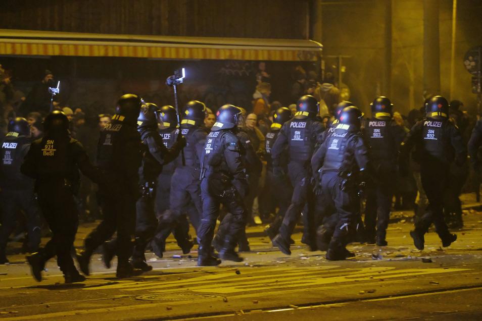 Polizisten räumen eine Kreuzung im Leipziger Stadtteil Connewitz. In der Neujahrsnacht ist es dort zu Zusammenstößen zwischen Linksautonomen und der Polizei gekommen.