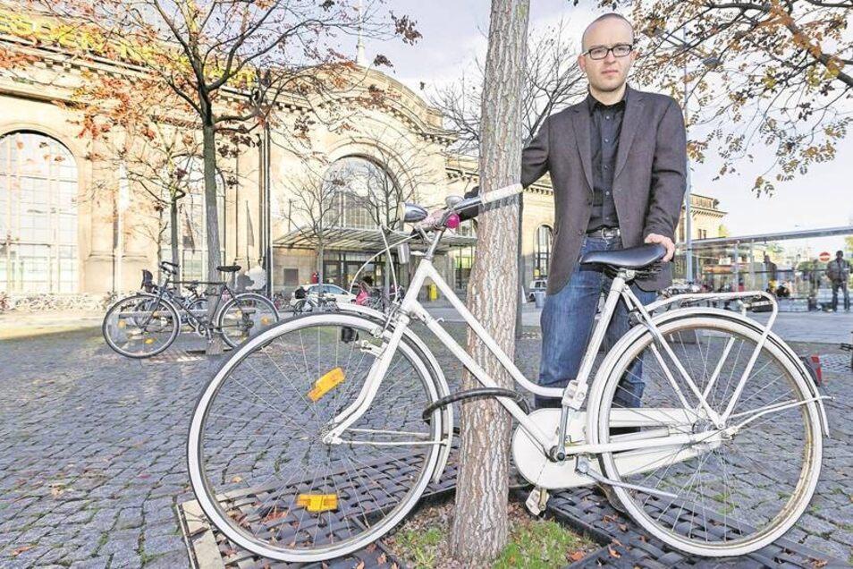 Not macht erfinderisch: Konrad Krause vom ADFC zeigt eines der Räder, die täglich an den Bäumen vorm Neustädter Bahnhof geparkt werden. Denn hier fehlen Fahrradbügel. Fotos: Jörn Haufe (3)