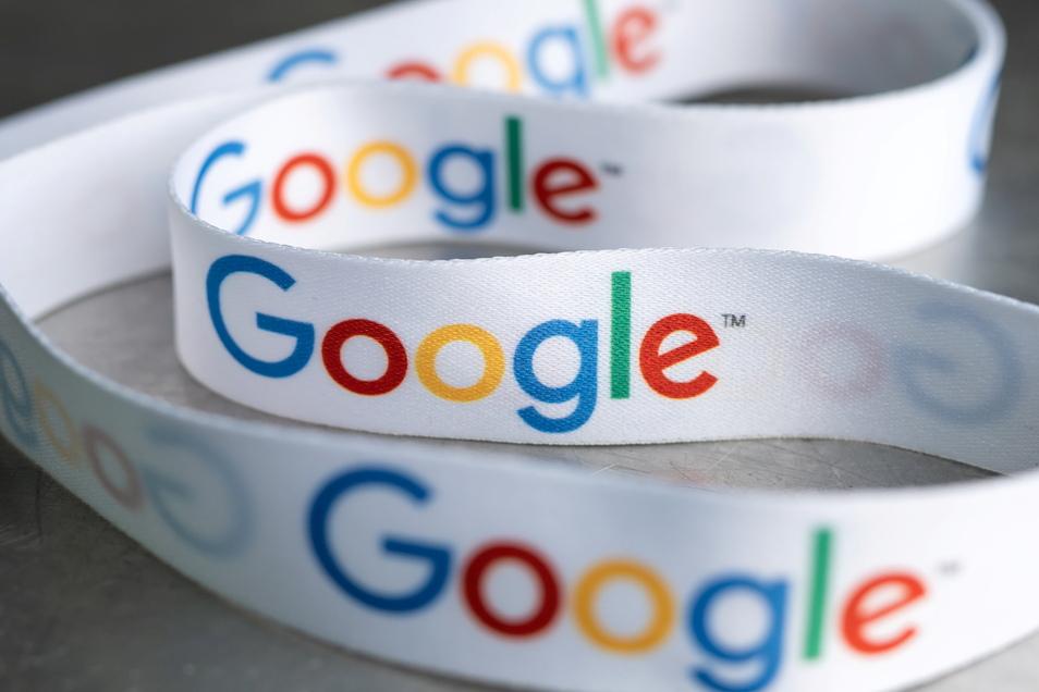 Ein Schlüsselband mit dem Google-Logo liegt bei der Vorstellung des Investitionsplans für Google Deutschland in der Hauptstadtrepräsentanz.