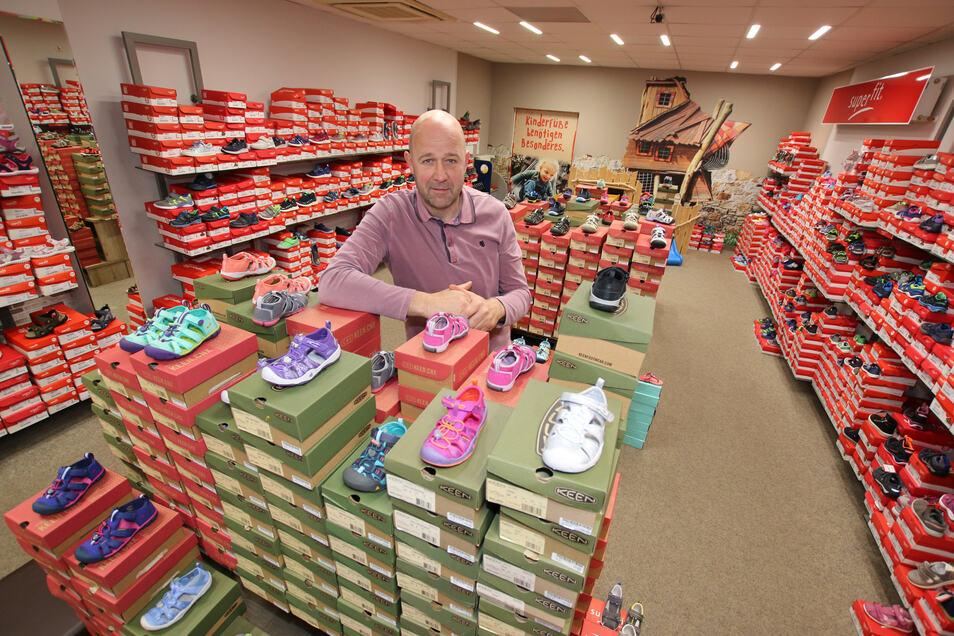 Jens Jung steht in seinem Ladengeschäft in Döbeln, das derzeit geschlossen ist. Das wichtige Geschäft im Frühjahr geht in der Corona-Krise unter. Auch das Geschäft im Internet ist eingebrochen. Allein 2.000 Paar Kinderschuhe warten auf Käufer.