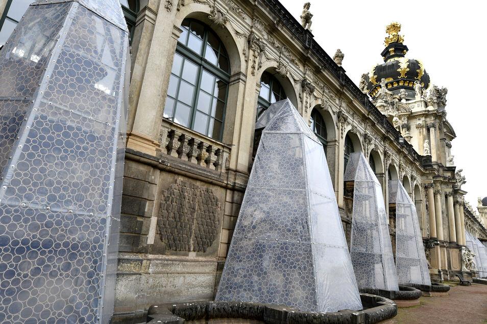 Die Wandbrunnen unterm Kronentor werden im Winter von diesen Hüllen aus Spezialfolie und Aluminium geschützt.
