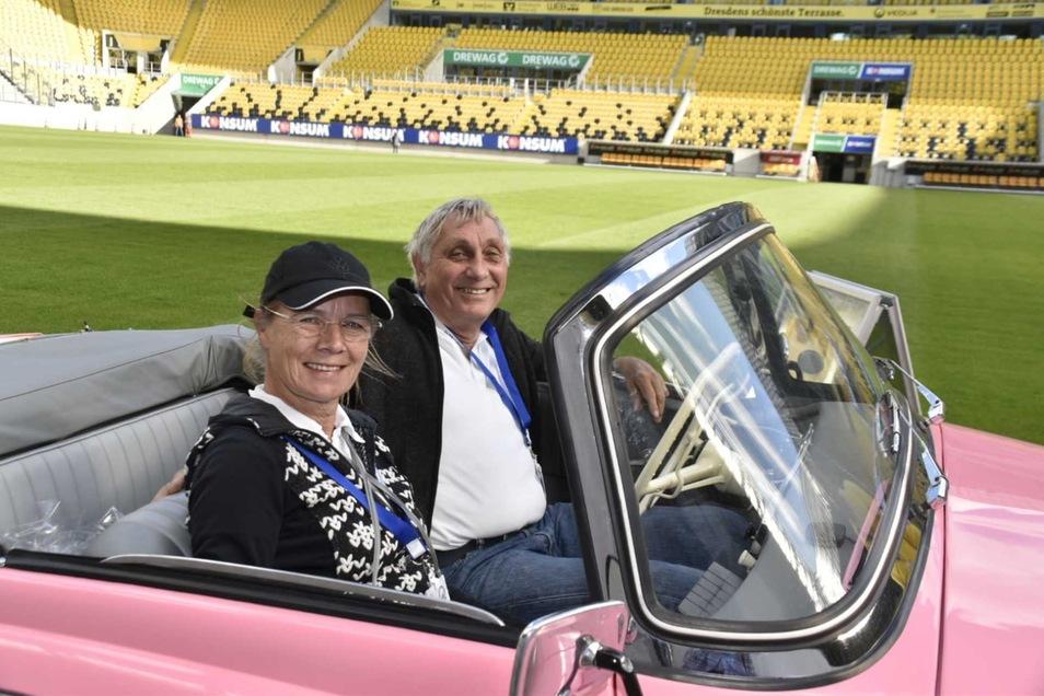 Die Auffälligen: Verena und Wolfgang Hentsch statteten dem Stadion mit ihrem rosa Skoda Felicia aus dem Jahr 1961 einen Besuch ab.