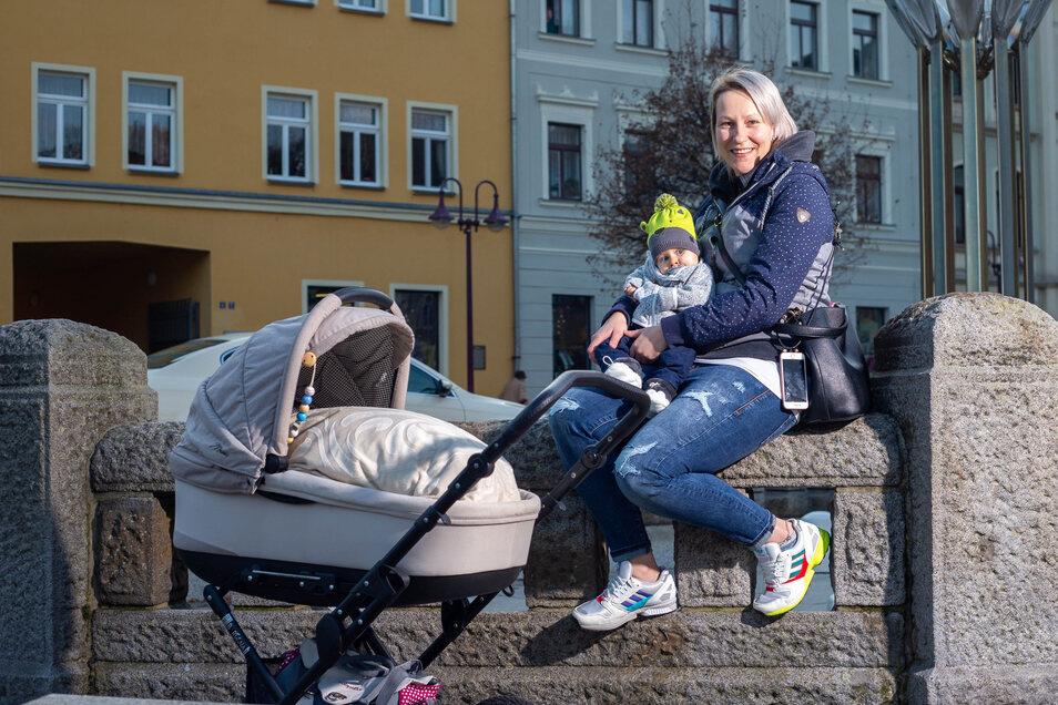 Wieder zu Hause: Jana Brandt mit dem acht Monate alten John auf dem Sebnitzer Markt.