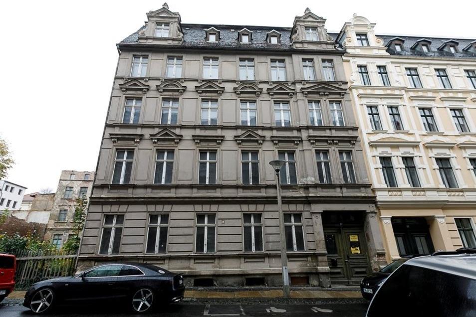 Das Bild zeigt das bisher noch leerstehende Haus Sohrstraße 12, das sich nun mit Leben füllt. Rechts ein Ausriss aus der SZ vom 23. Mai 2017. Damals berichteten wir über die Suche nach einem geeigneten Haus mit Garten.