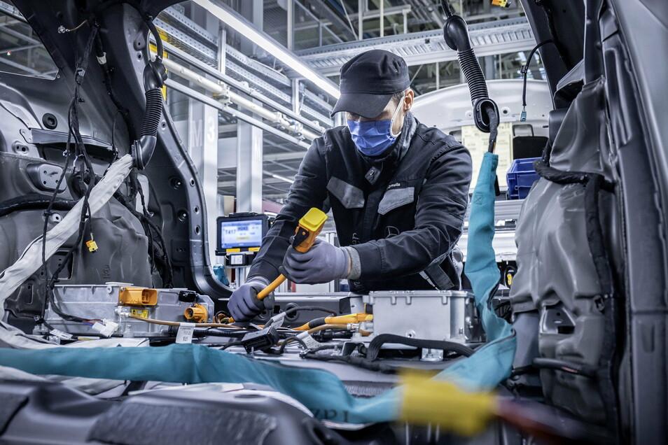 Im Mercedes-Benz Werk Rastatt wird der neue Kompakt-SUV EQA produziert. Die Batterien dafür kommen aus Kamenz.