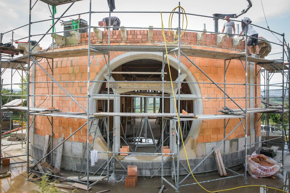 Durch das runde Fenster blicken die künftigen Gäste auf die Rysselkuppe.