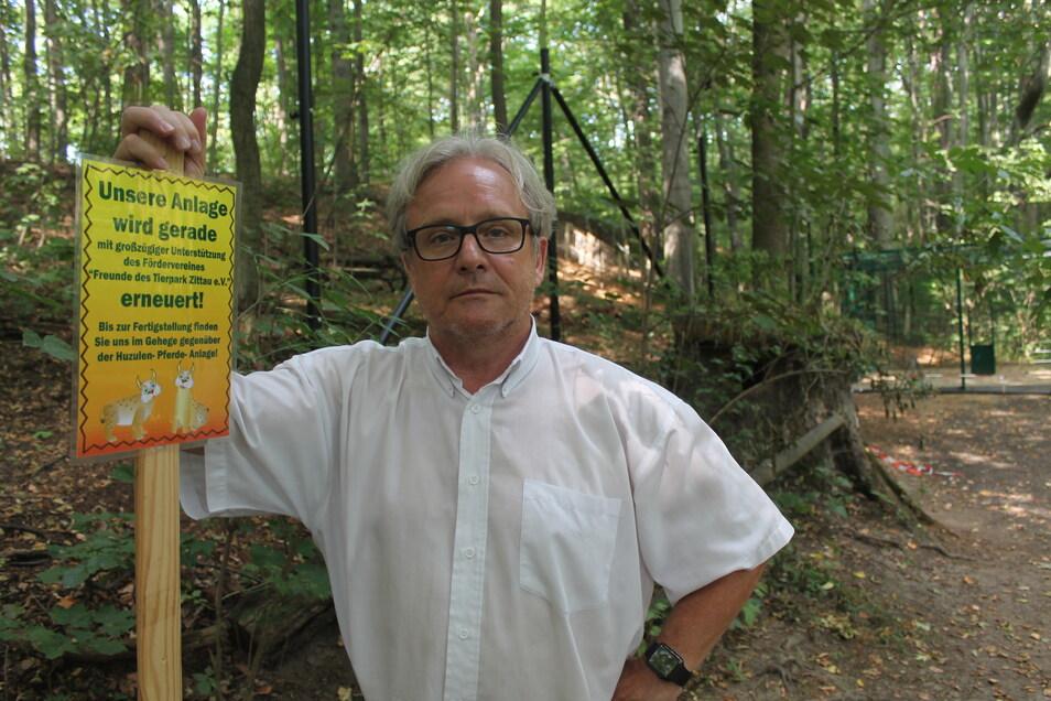 Bernd Großer vor dem Luchs-Gehege, als es noch unsaniert war. Inzwischen konnte es erneuert werden - auch dank einer größeren Spende der Tierparkfreunde.