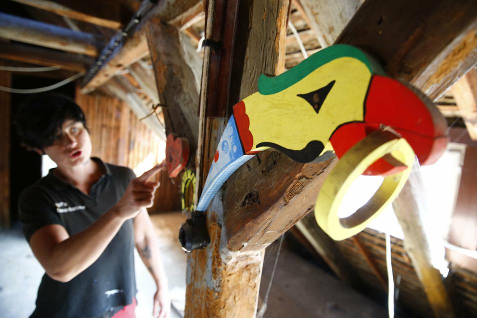 Als Katja Morenz auf dem Dachboden die alten Adlerschießen-Relikte aus Holz von 1956 fand, war das ein letztes Zeichen für sie: Ich will dieses Haus haben!