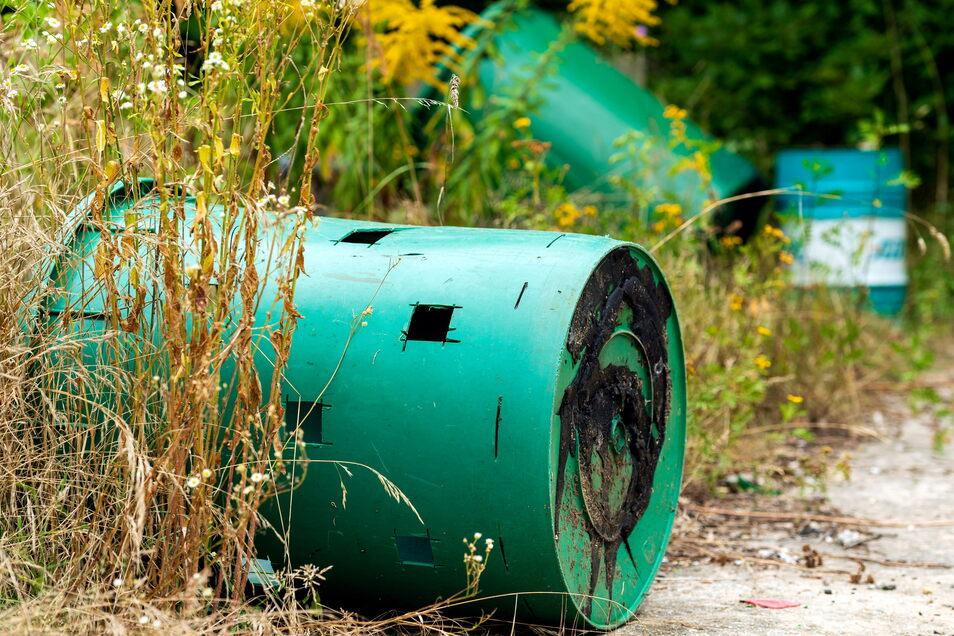 Auch diese Tonnen wird nun der Besitzer des Grundstücks entsorgen und dafür Geld ausgeben müssen.