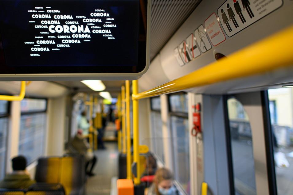 Corona ist auf einem Bildschirm in einer Dresdner Straßenbahn in den Grenzen Sachsens zu sehen.
