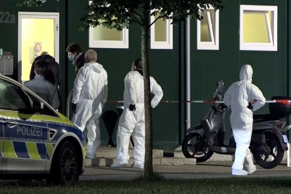 Spurensicherer stehen vor einer Unterkunft für Geflüchtete im Münsterland.