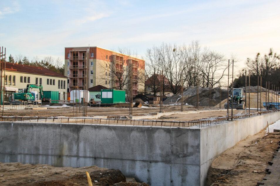 Die Grundform des neuen Netto-Marktes an der Mittelstraße in Lauta ist im Vordergrund bereits erkennbar. Aus dieser Position fällt der Blick auch gleich auf eine benachbarte zweite Großbaustelle – auf den Wohnblock im Hintergrund.