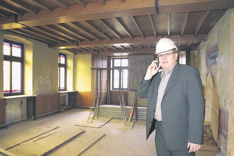 Von innen: Die Decke, die Holzverkleidungen und auch das Sandsteinrelief im Ratssaal bleiben. Noch sind auch die Fenster drin, doch sie sollen nun ausgetauscht werden, geht es nach Bürgermeister Müller.