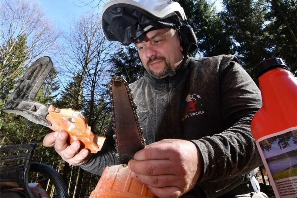Kunstsäger Pavel Vrcula aus Teplice legt eine Pause ein und baut eine frische Kette in seine Maschine ein.