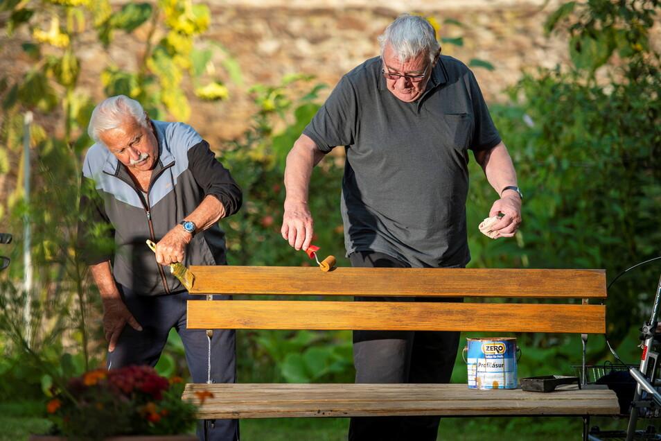 Willi Stelzig (l.) und Dieter Engelmann aus dem Seniorenzentrum Pro Civitate in Großenhain sind die neue Handwerksbrigade (Wi-Di) des Hauses. Hier streichen sie gerade eine alte Gartenbank.