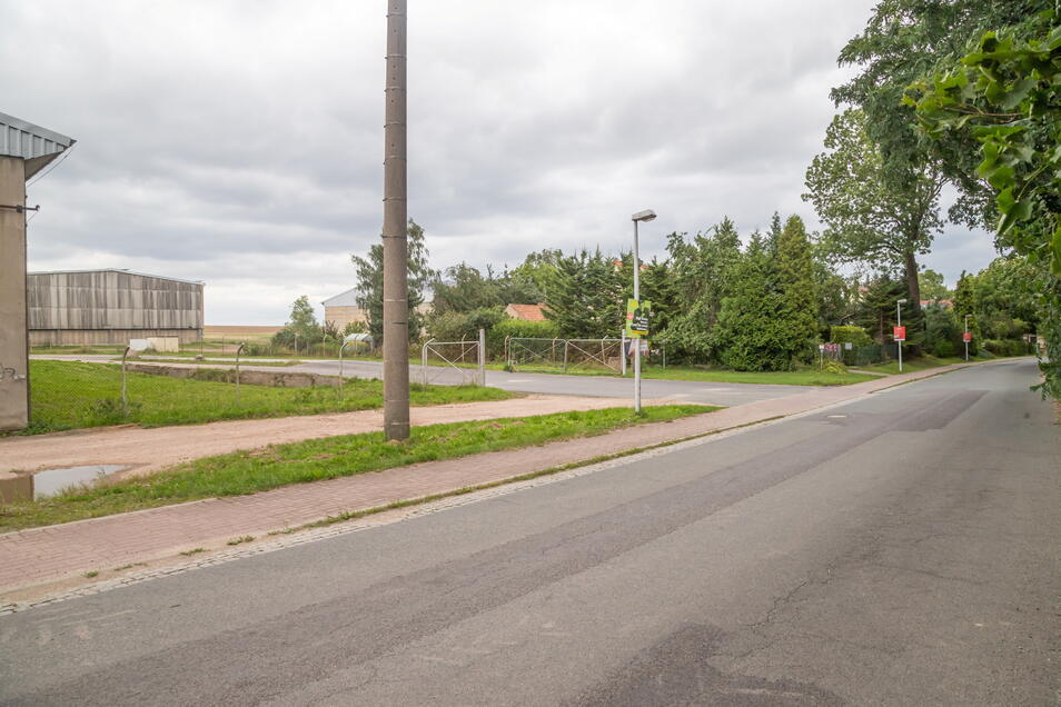 Am Ortsausgang von Zodel Richtung Görlitz wäre an der Stallanlage Platz, um den Bus wenden zu lassen. Das hätte den Vorteil, dass zuvor die Kinder direkt an der Schule aus- und einsteigen könnten und auch nicht die Straße überqueren müssten. Denn Schule u