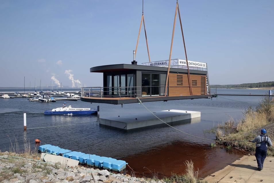 Per Kran wurde kürzlich das erste schwimmende Haus auf den Bärwalder See gesetzt.