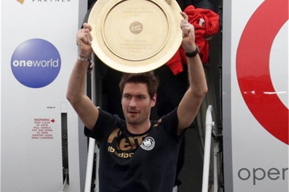 Der deutsche Handball-Nationaltorwart Carsten Lichtlein hält den Pokal in die Höhe.