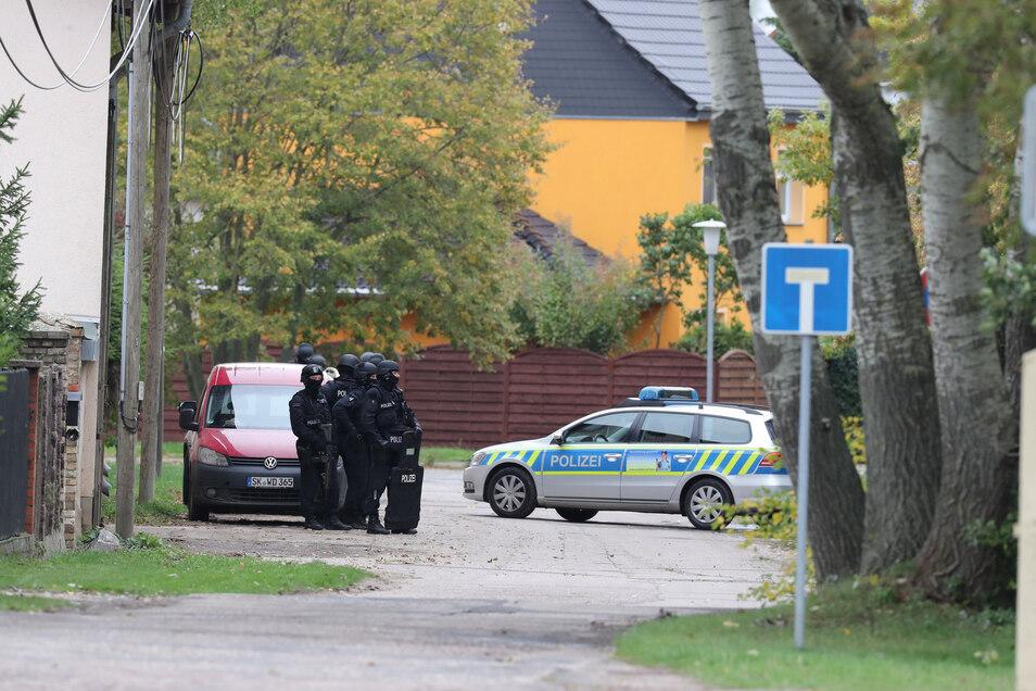 Die Polizei riegelt den Landsberger Ortsteil Wiedersdorf ab.