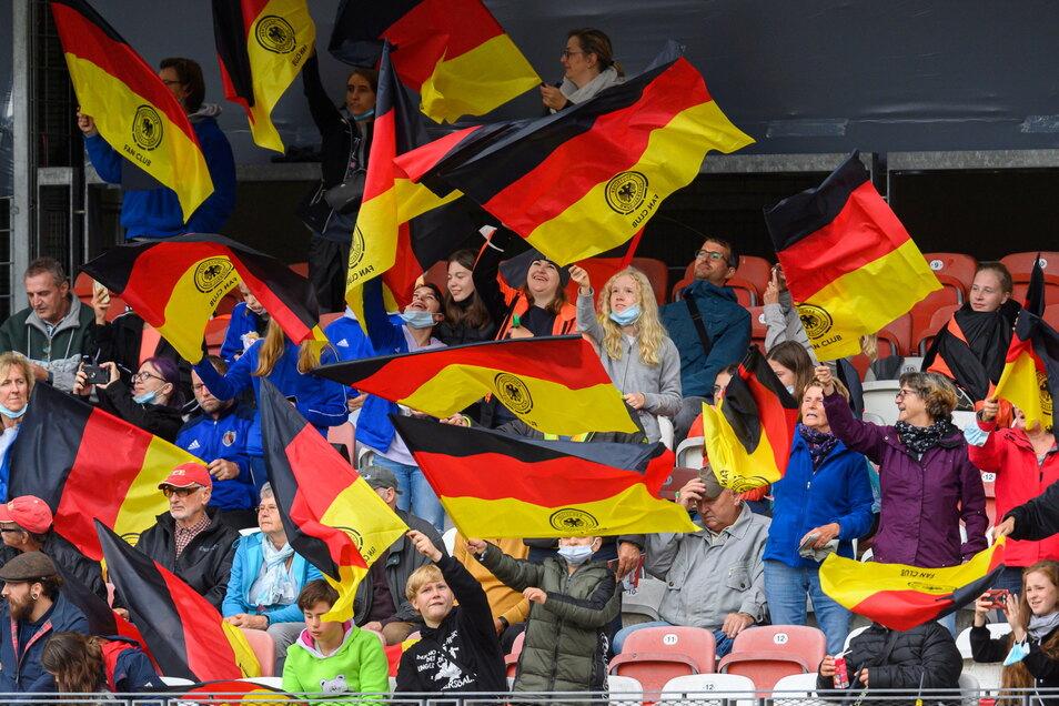 Rund 1.500 Zuschauer statt der erlaubten 5.000 waren am Samstag beim Länderspiel in Cottbus. :