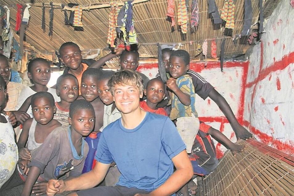 Für diese Kinder in einem kleinen Dorf im Kongo war Fritz Walther der erste Weiße, den sie je gesehen haben.