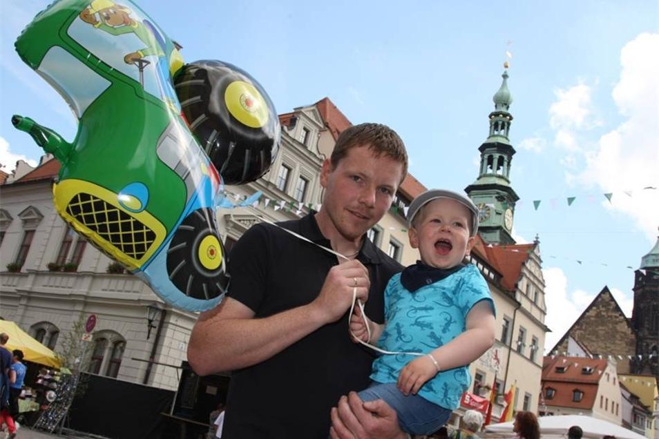 Besucherfreude Vor dem Rathaus amüsierten sich Marcel Hippel mit seinem Sohn Willi (3).