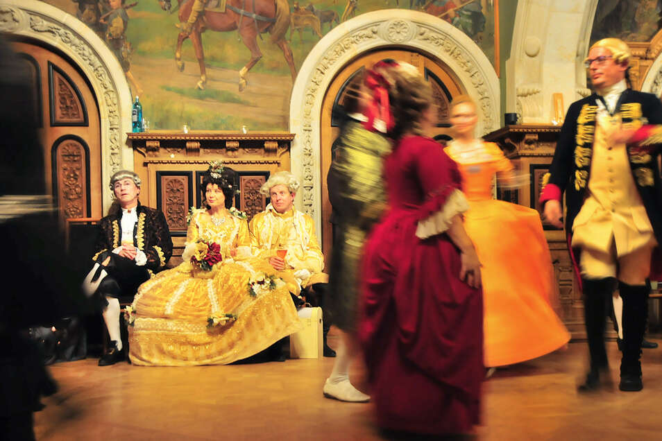 """81 Teilnehmer aus ganz Deutschland waren Gäste beim Winterball auf Schloss Schönfeld. Die """"Les amis de la dance baroque"""" machten den Ball zu einem Erlebnis."""