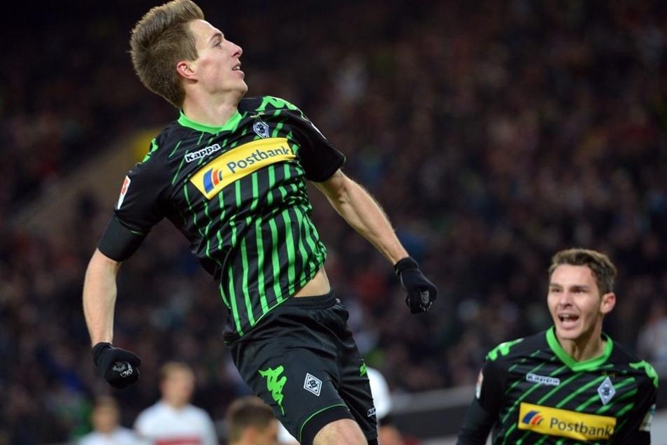 Der Gladbacher Patrick Herrmann (l) jubelt mit Branimir Hrgota über seinen Treffer zum 1:0 in Stuttgart.