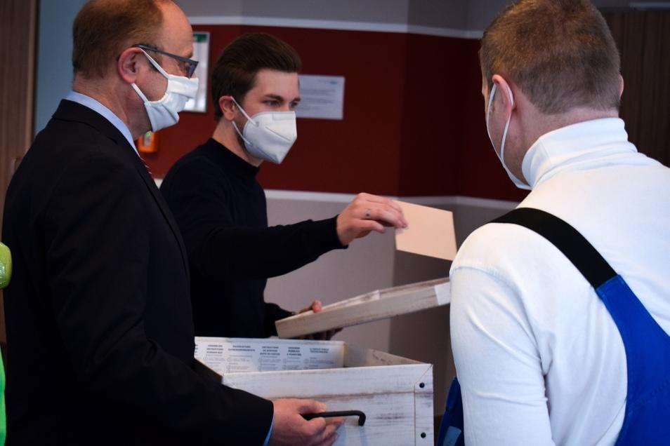 Thomas Lieberwirth (li) und Tobias Heid geben die Gutscheine aus.