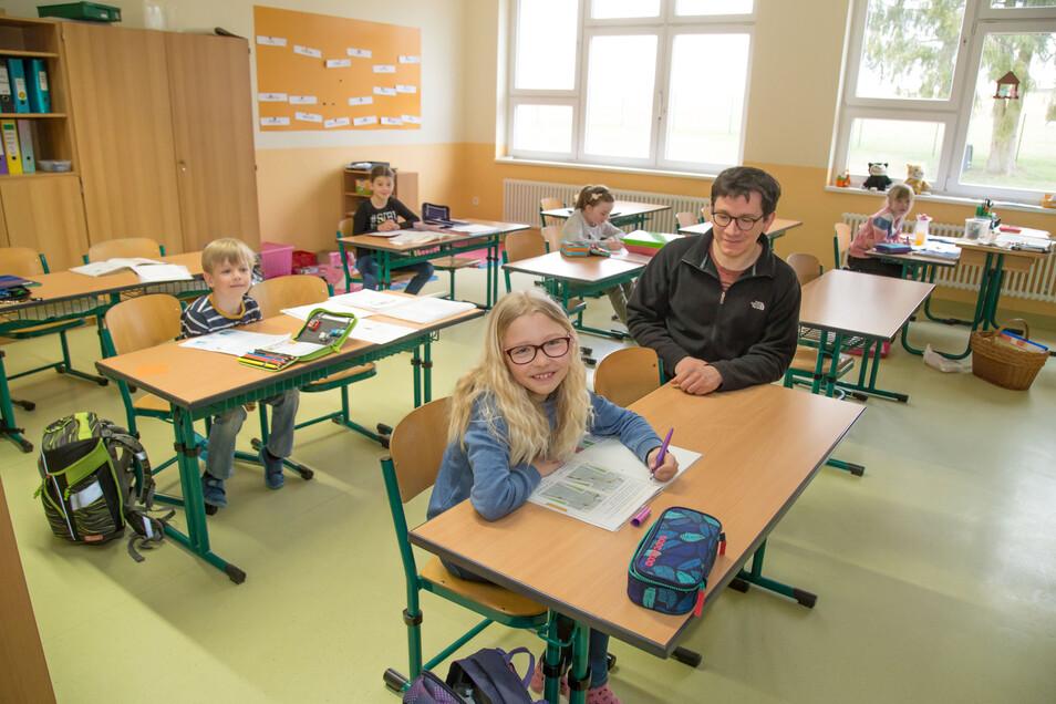 """Sechs Schüler sind in der Grundschule Nieder Seifersdorf am Donnerstag in der Betreuungsklasse. Den Tag zuvor waren es nur zwei. """"Das ist abhängig vom Schichtdienst der Eltern"""", sagt Schulleiterin Ines Krahl."""