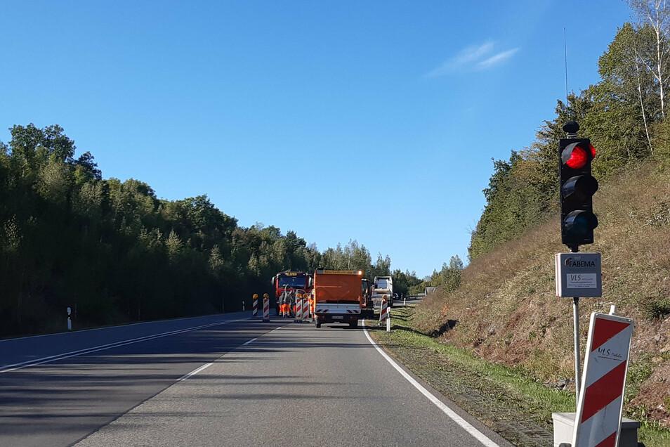 Autofahrer müssen sich am Töpelberg zwischen Döbeln und Hartha auf Wartezeiten einstellen. Der Landkreis lässt Schadstellen ausbessern.