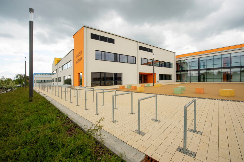 Hübsch ist es geworden, das neue Wilsdruffer Gymnasium. Ganz abgeschlossen sind die Arbeiten dazu noch nicht. Gewerkelt wurde dazu zuletzt unter anderem am Dach und am Theatron.