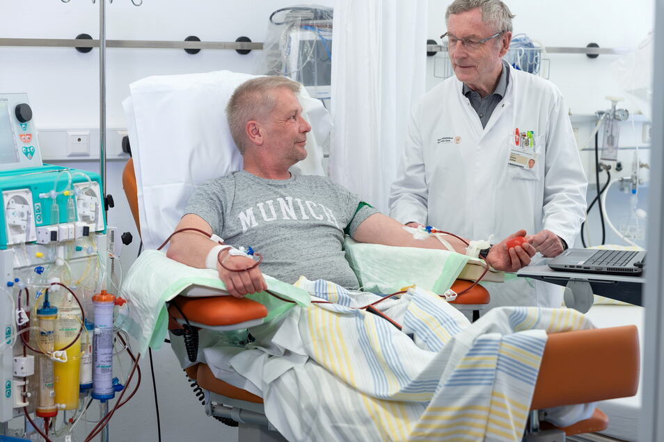 Bei Rico Bäßler (52) aus Dresden kann das erblich bedingt hohe Cholesterin nur noch mit regelmäßiger Blutwäsche gesenkt werden. Unikilnik-Professor Ulrich Julius behandelt oft mit dieser Methode.