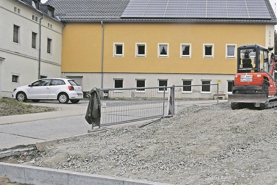 Neue Parkplätze wurden bereits im vergangenen Jahr gebaut. Jetzt könnte die Sanierung des Erdgeschosses an der Turnhalle möglich werden.