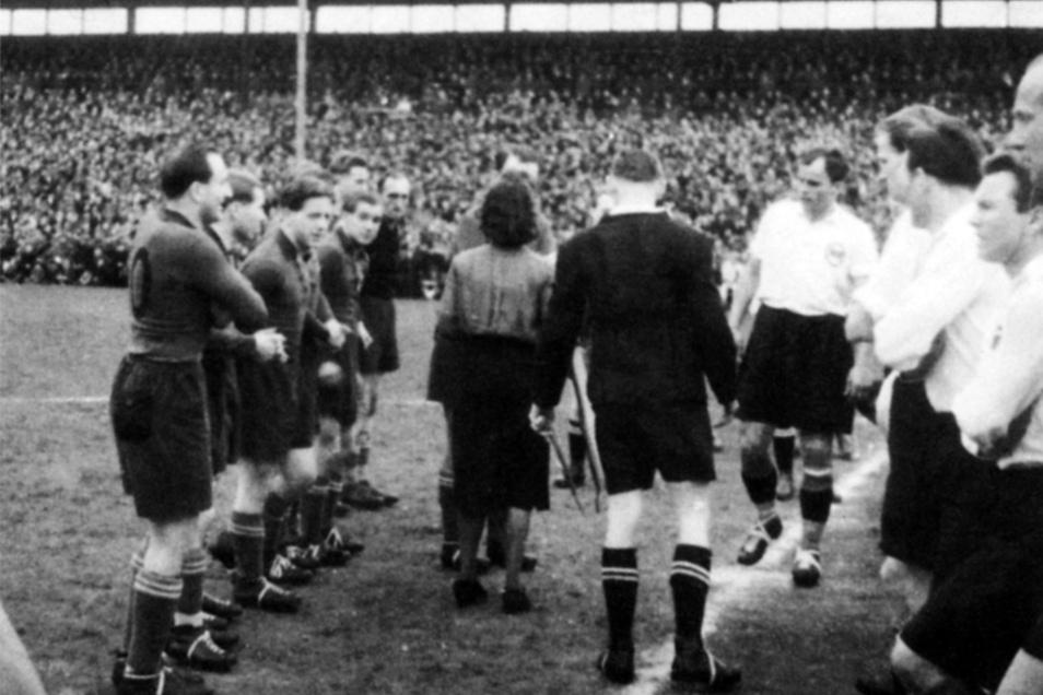 Endspiel im Heinz-Steyer-Stadion um die DDR-Fußballmeisterschaft zwischen SG Dresden-Friedrichstadt und ZSG Horch Zwickau am 16. April 1950.