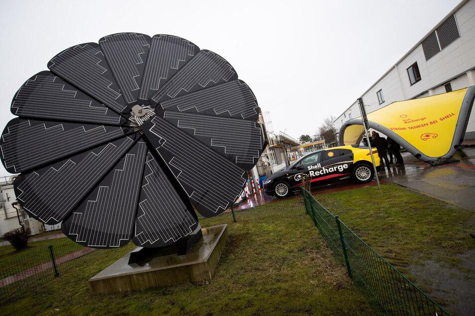 """Ein bewegliches Solarpanel steht neben zwei neuen Ladesäulen für Elektrofahrzeuge bei einem Vorstellungstermin von Shell Deutschland zum Thema """"Energie der Zukunft"""" auf dem Gelände des Shell Technology Center. Der Energiekonzern hat sich zum Ziel gesetzt,"""