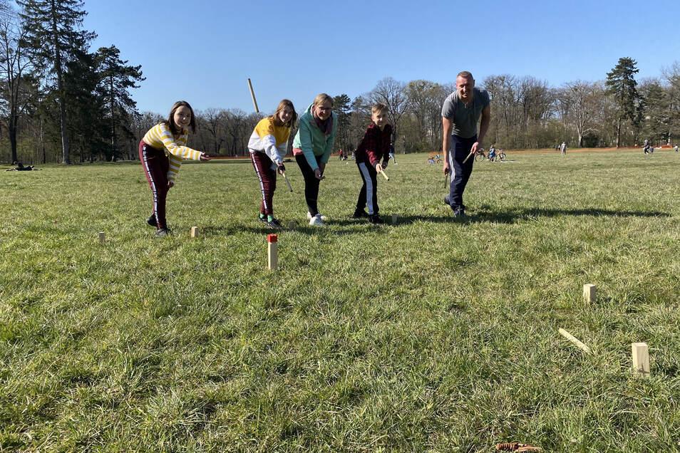 Emily, Marie, Anne, Fynn und Sven Löwe-Manig spielen Cup im Großen Garten.