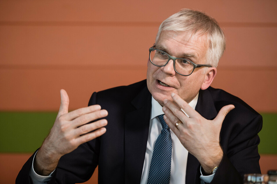 Sachsens Finanzminister Hartmut Vorjohann (CDU). Die Landesregierung wird die Kommunen in der Corona-Krise mit einem tiefen Griff in die Landeskasse unterstützen.