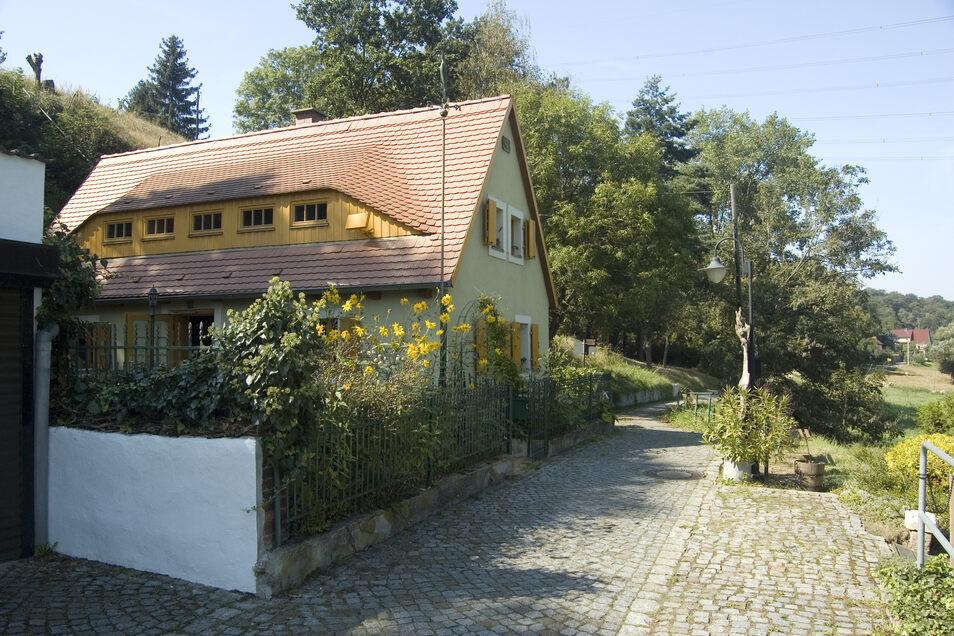 ...linkselbisch die Klosterruine Heilig Kreuz und malerische Häuschen