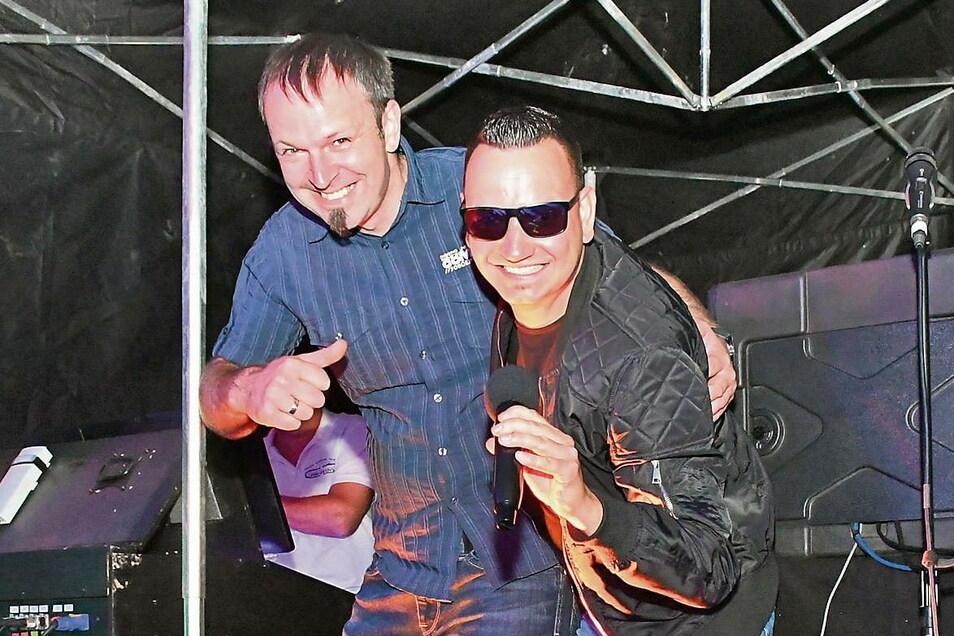 DJ Dev (links) und Tobi Müller auf der Bühne im Jahnbad Weißwasser.