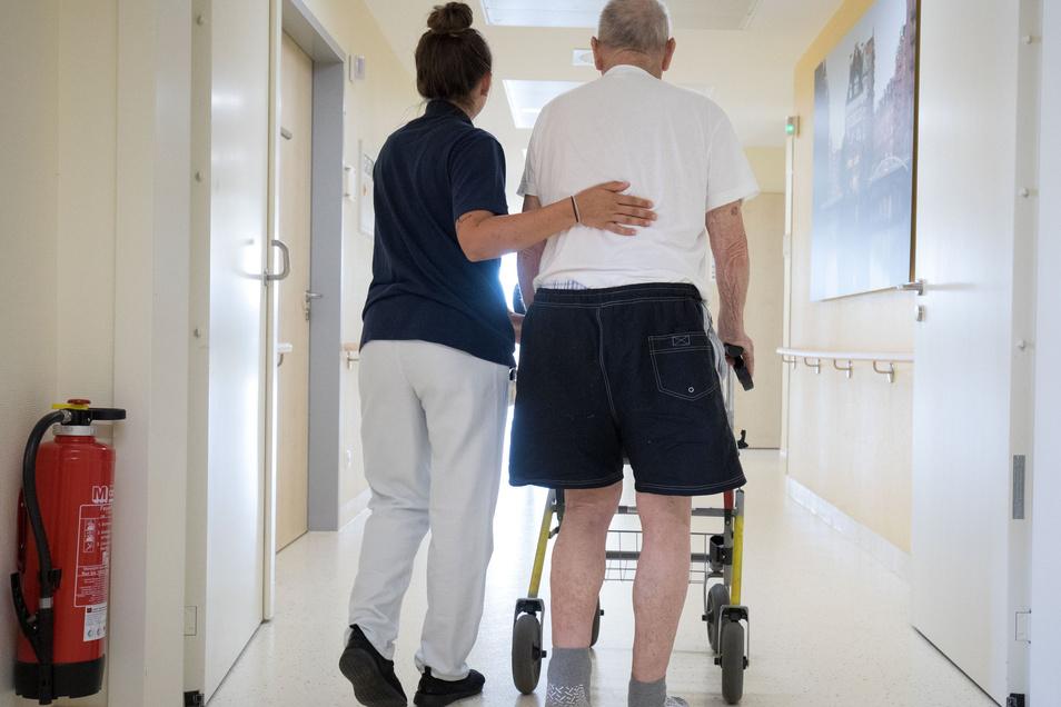 Krankenschwester und Patient in der Asklepios Klinik.