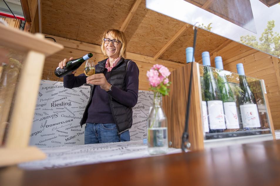 Darauf ein Glas Scheurebe: Babett Friedland schenkt am Stand des Winzers Kastler-Friedland aus.