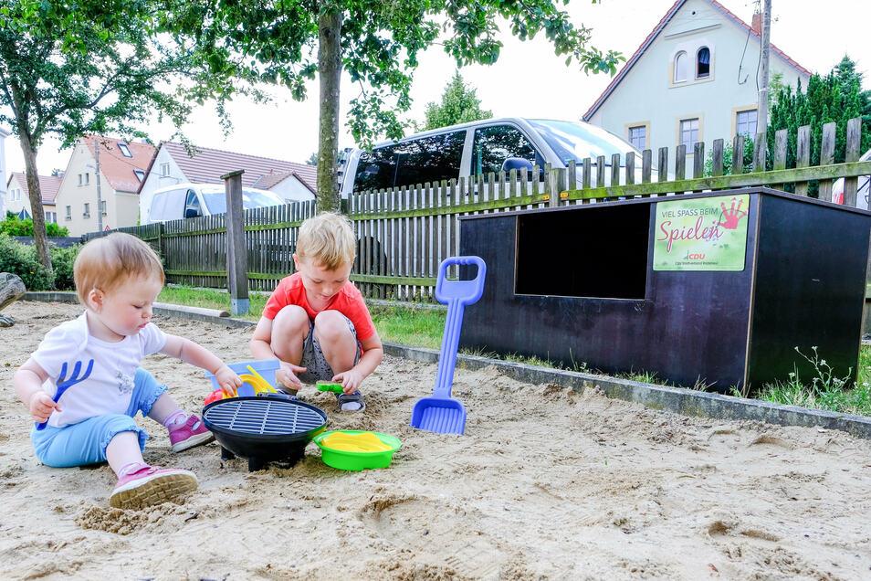 Ella und Jacob aus Wahnsdorf haben die neuen Spielsachen ausprobiert.