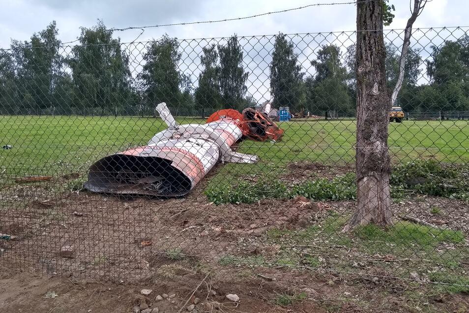 """Der Turm hinter dem Zaun. Unten links ist zu sehen, dass der """"neue Zaun"""" erneut repariert werden musste."""