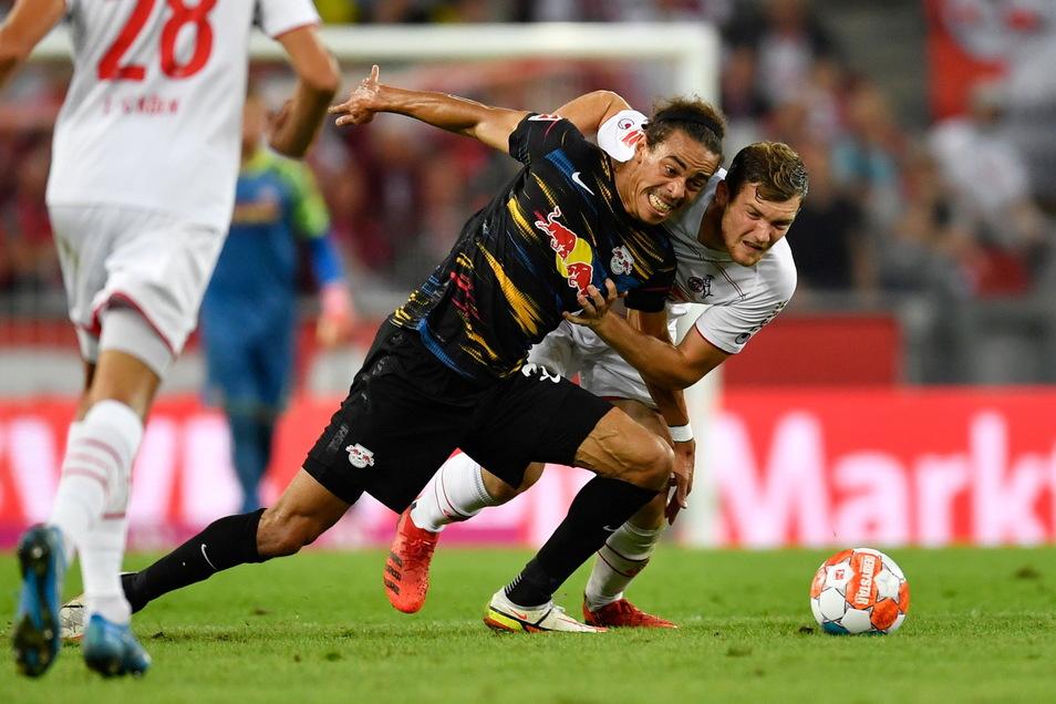 Sie haben buchstäblich um den Sieg gerungen, am Ende trennen sich der 1. FC Köln und RB Leipzig unentschieden. Im Zweikampf: Kölns Luca Kilian (r) und Leipzigs Yussuf Poulsen.