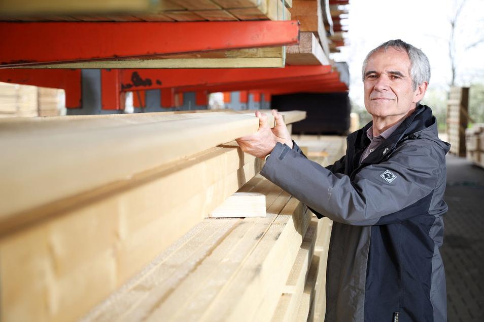 Frank Broschwitz vom Riesaer Fachmarkt Elbe-Holz hat noch Dachlatten auf Lager. Doch der Nachschub wird immer schwerer.